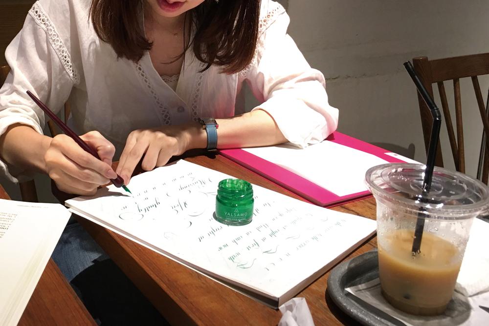 たまにはカフェでカリグラフィーの練習。道具は何を持っていけば良い?