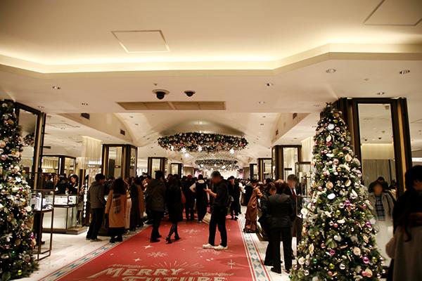 クリスマス時期の新宿伊勢丹店1Fフロア