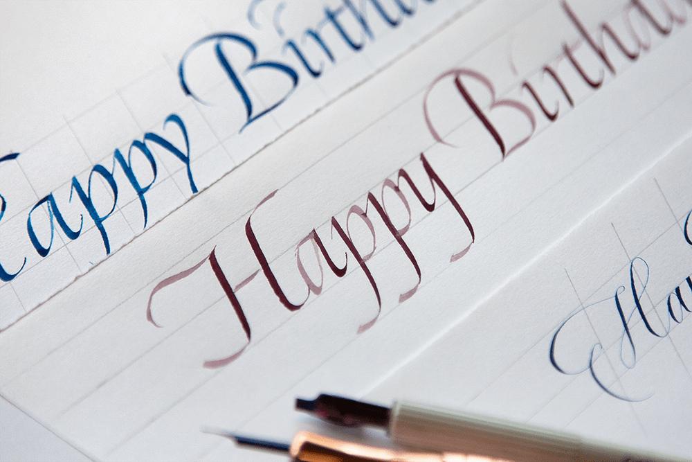 カリグラフィーで書く「HappyBirthday」の文字見本